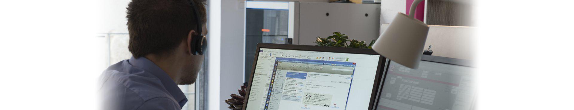 Image d'un technicien en opération de télé-maintenance informatique